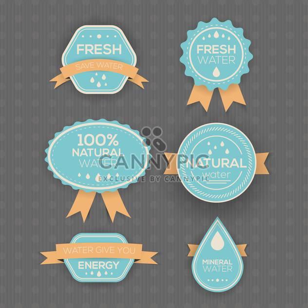 Trink- und Mineralwasser-Etiketten auf grauem Hintergrund - Kostenloses vector #130756